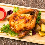 専用マシンでひな鶏を丸々一羽豪快に焼き上げた逸品。じっくり丁寧に焼き上げられており、表面はパリッと香ばしく、肉はやわらかくジューシーに仕上がっています。この店を訪れたらぜひともオーダーしたい一品です。