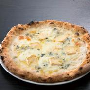 チーズがたっぷりで濃厚な味わいの『クアトロ フォルマッジョ』。ワインと相性抜群です。