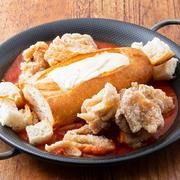 巷で大人気のパネチキン! トマトベースソースがやみつき! 唐揚げとパンをチーズに絡めて召し上がれ。(2~3人向け)