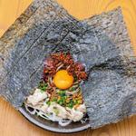 【わん】と【浅草そば助】のコラボメニュー。韓国のりを一枚乗せたインパクト大の絶品まぜ蕎麦。そば助特製辛味の素が、蕎麦と豚肉を引き立てます! よく混ぜてから召し上がりください。