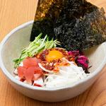 【わん】と【浅草そば助】のコラボメニュー。海鮮・納豆・韓国のりとそば助特製辛味の素を混ぜて召し上がりください。