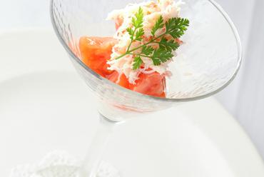 シンプルな調味で素材本来の味わいが活きた『ズワイガニとトマト 玉ねぎのムース』