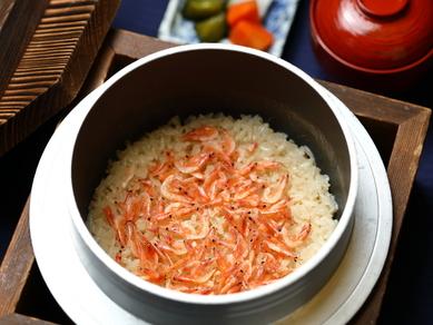 水分を調整しながら、羽釜でもっちりと炊き上げる「夢ごこち米」
