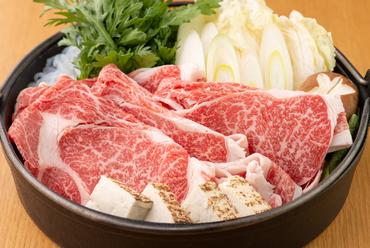 厳選された国産黒毛和牛を秘伝のタレで食す『すき焼き』