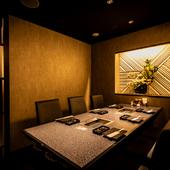 シックで落ち着いた雰囲気の完全個室。最大16名まで対応可