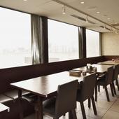 新宿の街を眺めながら食事を楽しむ、贅沢なひととき