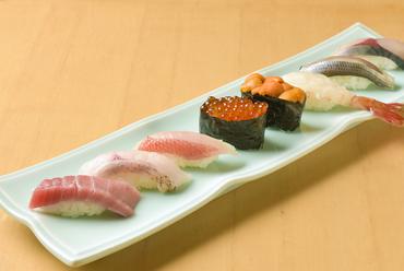 全国の魚介が集約する豊洲、産地直送で届く豊富なネタを使った『江戸前鮨』