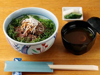 大葉とシメジが香りをプラス。贅沢な丼『牛テキ丼』(赤出汁、香の物付)