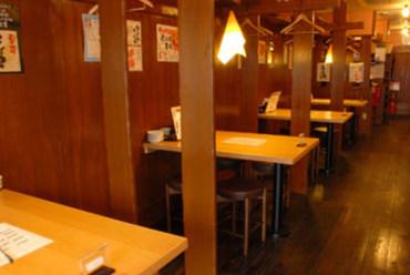 昭和レトロ感漂う【屋台】をイメージした店内で楽しいひと時を
