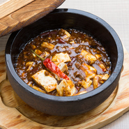 麻婆豆腐発祥の地、四川省剣門をその名に付し、開業以来厳選された山椒、唐辛子など食材へのこだわりを守り続けてきた伝統の味。シビレるような辛さと唐辛子の辛さが絶妙に調和され、各素材の旨みを引き立てます。