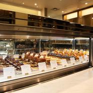 店内のショーケースには、常に20種類ほどのケーキがずらり。チョコレートやナッツを多用するプロヴァンスの定番ケーキに、旬のフルーツなどを使った季節のケーキが織り交ぜられていて、いつ訪れても楽しめます。