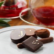 フランス本店の味を日本でも。『ボンボンショコラ』はフランスからの直輸入品が常時10種類以上揃います。カラフルな『パット・ドゥ・フリュイ』や焼き菓子を詰めたギフトボックスはプレゼントにも便利です。