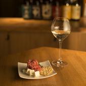 洗練された空間で、スマートに日本酒を味わう大人の時間