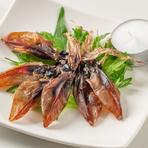 職人が一夜干しにした富山産ホタルイカを、自分で炙って食べる珍味。炙ることで香りが一層際立ち、食欲を刺激します。また、噛めば噛むほど出てくるホタルイカの旨味と程よい塩気が純米酒と相性抜群!