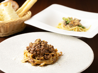 味わい深い『コネッサ特製ボロネーゼ旬の食材を使ったペペロンチーノ』