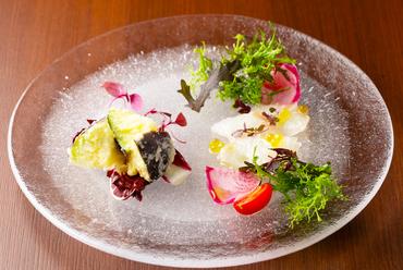 旬の鮮魚と野菜を合わせた『カルパッチョ&季節の前菜』