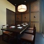 落ち着いた空間は、会食や遠方から訪れるゲストへのおもてなし席にも喜ばれています。焼鳥や一品料理などが続々と登場するコースは特におすすめ。料理の美味しさが、和やかな時間をもたらしてくれることでしょう。