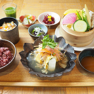 主菜+選べる副菜4品+せいろ蒸し+豚汁+十六穀米