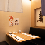 南海難波駅直結の髙島屋8階に位置する【天ぷら新宿つな八 なんば店】は、買い物帰りなどに便利。落ち着いた店内には半個室のテーブル席もあり、夫婦やカップルでのデートに最適です。