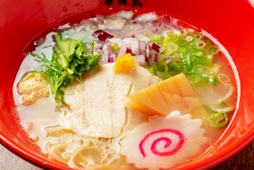 こだわり抜いた銘柄鶏の自家製スープで味わう『博多水炊き鶏ソバ』