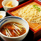 あご出汁の利いた「華味鳥」入りスープと、全粒粉の香り高い蕎麦を味わう『鶏せいろソバ』