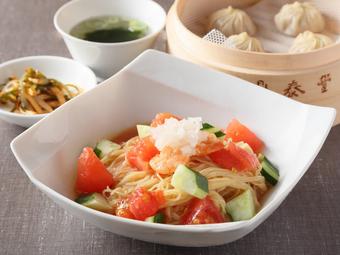 """季節のおすすめメニュー""""冷製トマト乾伴麺""""、""""冷製鶏スープ麺""""をお楽しみいただけるディナーセット"""