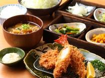 ボリューム満点で食べ応えもある『ひれかつと 大海老フライの盛合せ』