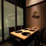 洗練された和の空間には、掘りごたつ式の座敷、椅子席などの半個室が完備されています。ゲストに合わせて選べ、接待などのおもてなしに最適です。