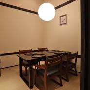 店内には多数の個室や仕切りのある半個室が用意されており、ニーズに合わせて案内してくれます。接待や顔合わせに理想的な座敷の椅子個室や、宴会向けの掘りごたつ席までバラエティ豊か。