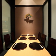 部屋料金は不要ですが、コースによっては個室を使えるメニューがあり、結納や顔合わせに好適。人生に一度のハレの日を、華やかな料理と細やかなサービスで、思い出に残る素敵な一日にしてくれます。