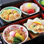 季節の食材をふんだんに取り入れた料理を味わえる、松花堂風の二段弁当。お吸い物とご飯が付いており、気軽に利用できる弁当メニューです。華やかな盛付けも魅力。