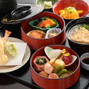 お造り付きの豪華な二段弁当。天ぷら、温かい半田素麺、御飯、香の物、デザートと多彩な料理が付いており、【つる家】の味を少しずつ楽しむことができます。