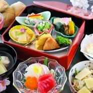 朱縁高弁当(季節の料理いろいろ)・造り・天ぷら・吸物・蟹ちらし寿司・デザート