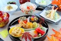 お得に食べられる会席料理。前菜(お造り付き)、吸物、焚合、天ぷら、お食事、デザートの順に、ゲストの食事のペースに合わせて運んでくれます。毎朝丁寧に引いただしを使用。