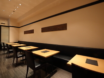 気軽に日本料理を楽しめる、ベンチシートのテーブル席