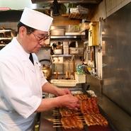 なんば店のごはんは熱々。焼き立ての鰻をスピーディーに提供し、ゲストの満足度を高める努力を惜しみません。一匹一匹丁寧に調理し、幕末から続く伝統の江戸前鰻の「本物の味」を伝え続けています。