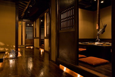 グループ利用にぴったりの個室あり。華やかな料理で会話も弾む