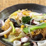 具材たっぷりの餡をパリパリ麺にかけた、長崎名物ご当地グルメ。