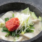 海老の香り溢れるもっちり餃子を、生姜豚骨スープで炊き上げました。明太子の辛味が、熱々濃厚スープを引き締めます。