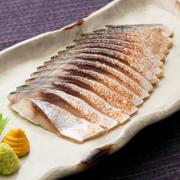 新鮮な鯖を〆ました。炙ることで風味と旨味が増します。
