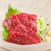 本場九州で愛されている定番メニュー。舌の上でとろけるような柔らかさです。他にも『馬タタキのカルパッチョ』や『馬刺しの塩ユッケ』など、桜肉料理が充実しています。味比べするのも楽しみの一つ。