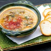 コリコリの砂肝を、あっさりしたコクが特長の「鶏油(チーユ)」と、風味豊かな生海苔でアヒージョにしました。