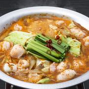 九州魂定番の博多牛もつ鍋をアレンジ! 牛もつの旨味と野菜の甘みが溶け出した、特製旨辛スープが、体の芯まで温めます。