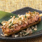 お好み焼きをくるくる巻いて食べやすくした九州では定番の屋台グルメ!