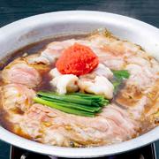 牛もつと豚肉の甘みが、すき焼き風のスープと混ざり合い、濃厚な味わいに。あと入れ明太子を軽くほぐして召し上がれ。