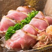 新鮮な肉だから食べられる九州名物の鶏刺し。しっとりとした舌触りと弾力を、甘口醤油をかけてお楽しみください。