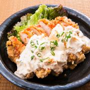 チキン南蛮の発祥は、昭和40年頃の宮崎県延岡市内。アジの南蛮漬けをヒントに作ったまかない料理が原型と言われています。鶏肉に衣を付けて揚げ、甘酢に漬け、タルタルソースをかけるのが主流。