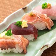 新鮮で上質な肉を使った肉寿司。とろけるような食感がたまらない桜肉の赤身、適度な噛み応えが美味しい鶏モモ肉のたたき、和風仕立ての牛ローストビーフの3種類です。素材の味をそのまま楽しめます。