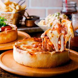 シカゴピザと熟成肉、銘柄豚TOKYO X、純然鶏胸肉のロースト盛り合わせに生牡蠣もついた贅沢コース。