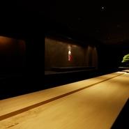 ほの暗い照明がムーディーな雰囲気を演出する【鮨 ニシツグ】は、大人のデートにも最適の店。ここぞという特別な日にこそ訪れたい一軒ですが、リラックスできる気さくなもてなしで歓迎してくれるのもうれしい限り。
